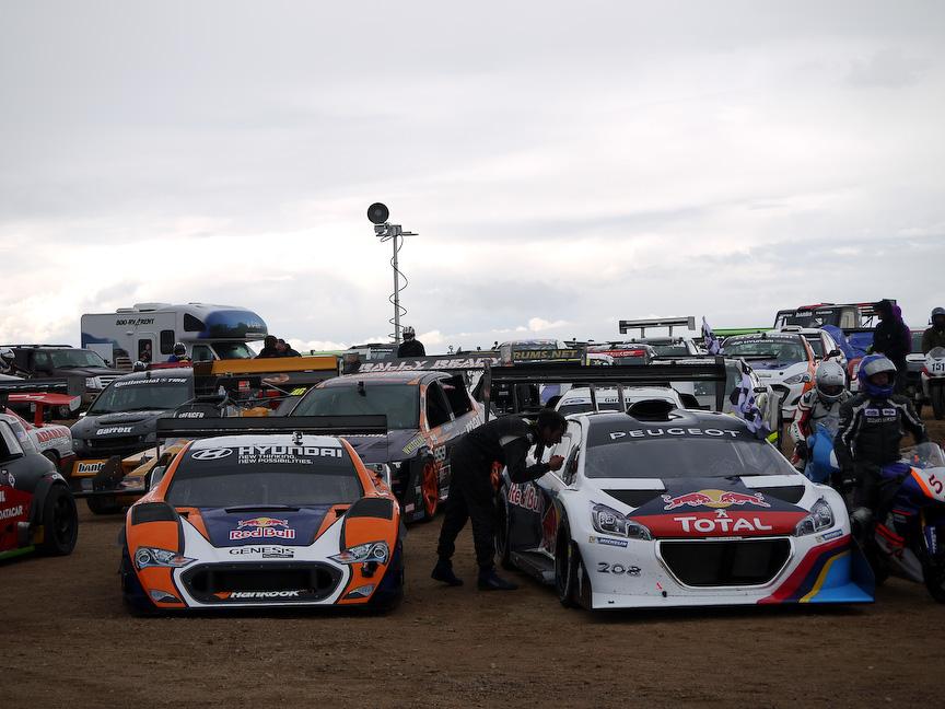 レースが終わると2輪4輪ともにスタート地点に戻り表彰式が行われました