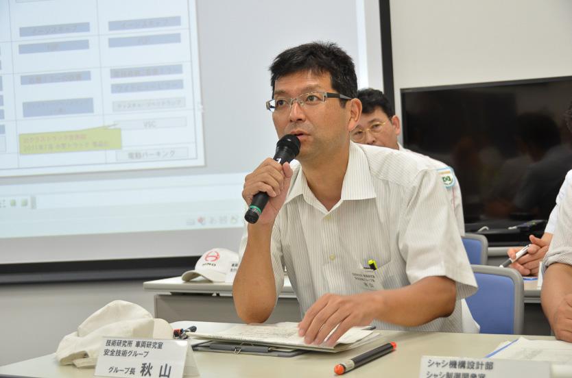 安全技術の説明を行う技術研究所 車両研究室 安全技術グループ長の秋山氏