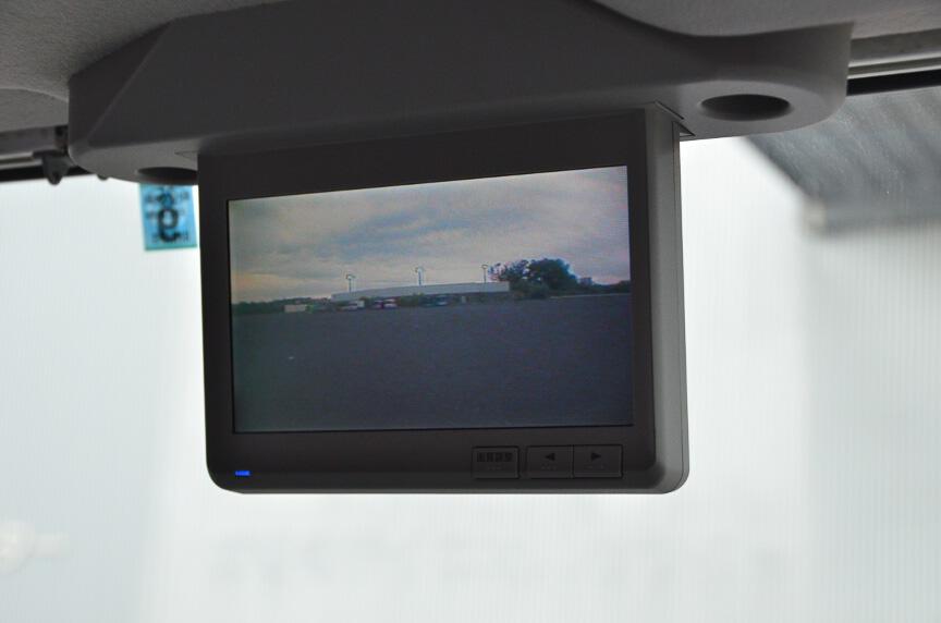 側方カメラや後方カメラで視界を改善する。このモニターが通常はナビゲーション画面を表示。ボタン1つで切替可能