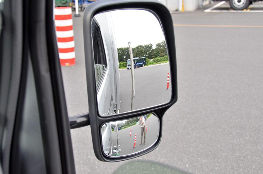 ミラーを2面式にし、側方視界を確保し、巻き込み事故を予防する