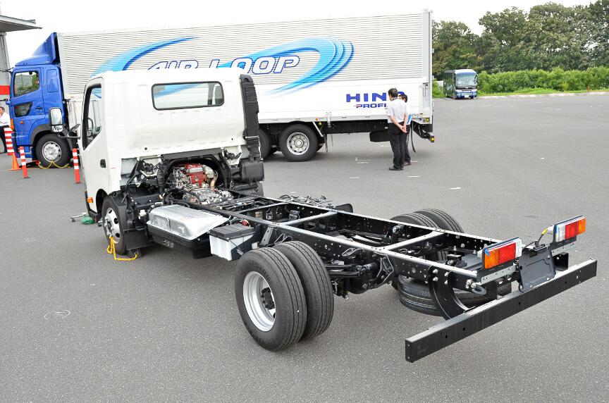 電動バーキングブレーキのデモ。車種は小型トラックのデュトロ
