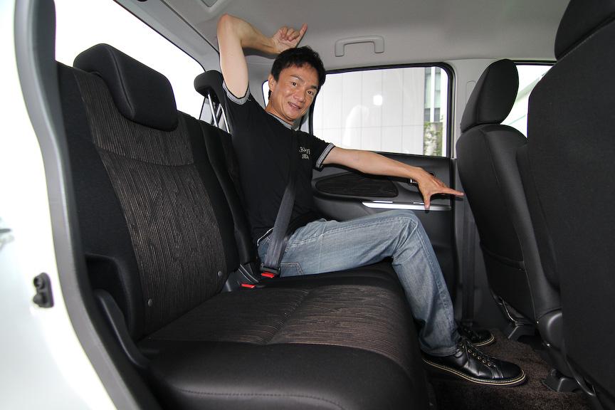 後席のヘッドクリアランス、足下の広さは十分