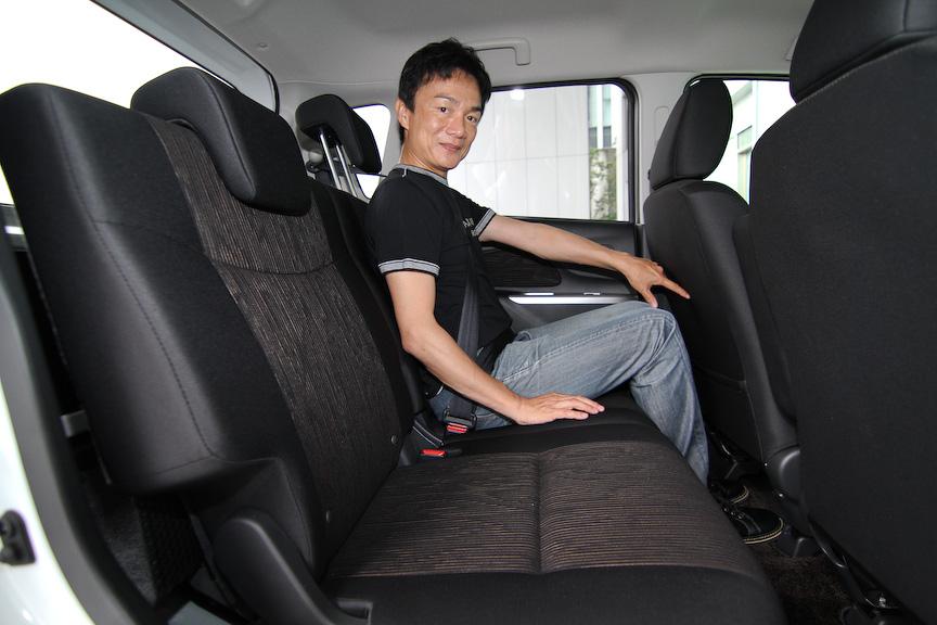 ラゲッジルームに荷物を積載するなど、後席シートを一番前にスライドした際の足下スペース