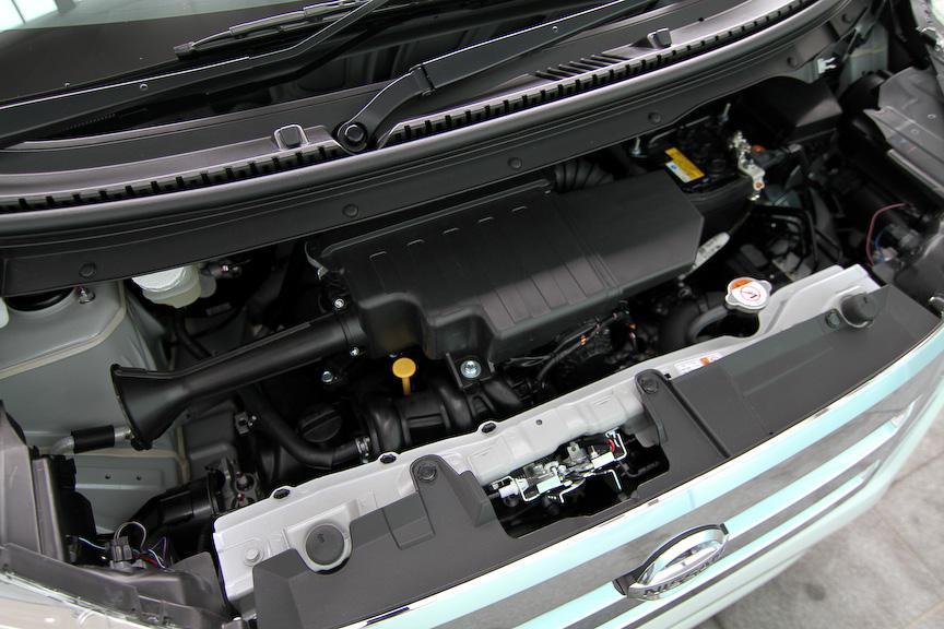 デイズ ハイウェイスターの最上級グレード「G」。ボディーカラーはホワイトパール。パワートレーンはデイズ同様、自然吸気エンジンに副変速機付きCVTを組み合わせる。エクステリアでは太いメッキバーを採用した大型ラジエターグリル、メッキフィニッシャーを持つプロジェクターヘッドランプ、クリアレンズ付きリヤコンビランプ、専用の15インチ切削アルミホイールなどを装備
