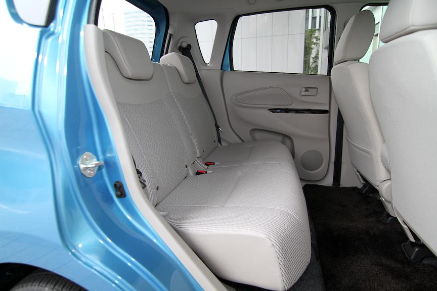 明るく開放的なXのインテリア。内装色はアイボリーでシート地はスエード調クロス。室内サイズは2085×1295×1280mm(室内長×室内幅×室内高)