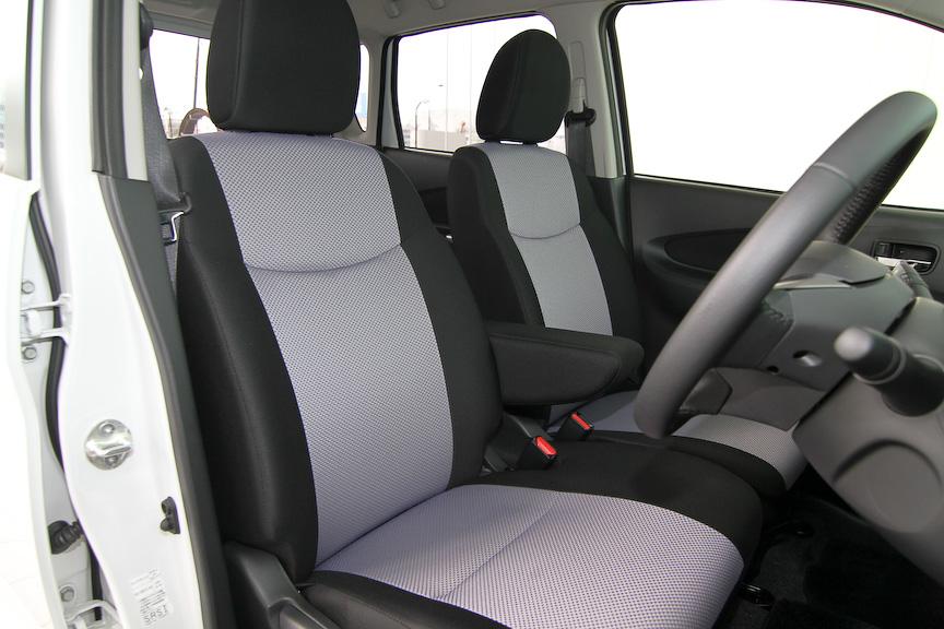 こちらはオーテックジャパンのカスタムカー「デイズ ライダー」。専用デザインのフロントバンパーやフロントグリル、15インチアルミホイールを採用するほか、インテリアではセンタークラスターサイドに光沢がアクセントとなる専用クロムメッキフィニッシャーを採用。シート地も専用となる