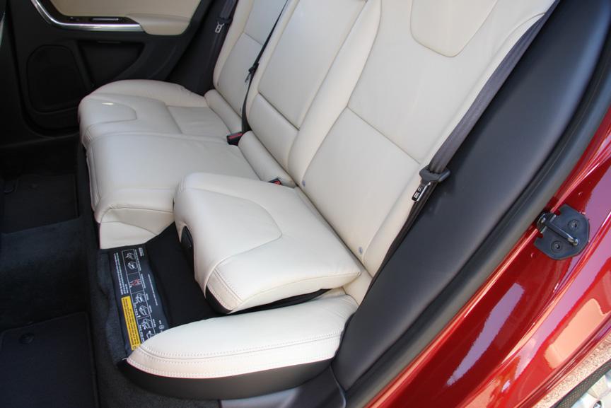 試乗車はオプションのソフトベージュ/オフブラック内装を設定。リアシートには座面が可動してジュニアシートに変わる「インテグレーテッド・チャイルドシート・クッション」をオプション装着