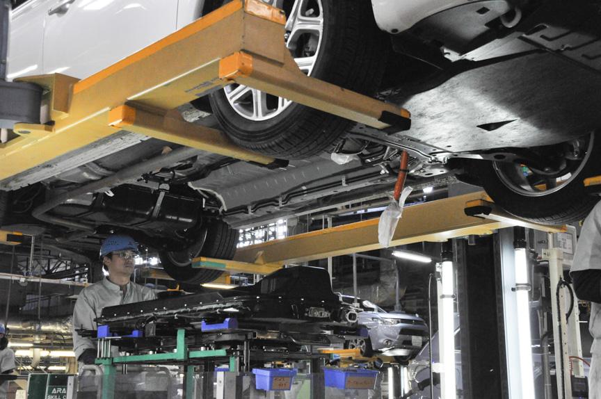 およそ100の部品の内、70が新品となった電池パックを車体下部へ