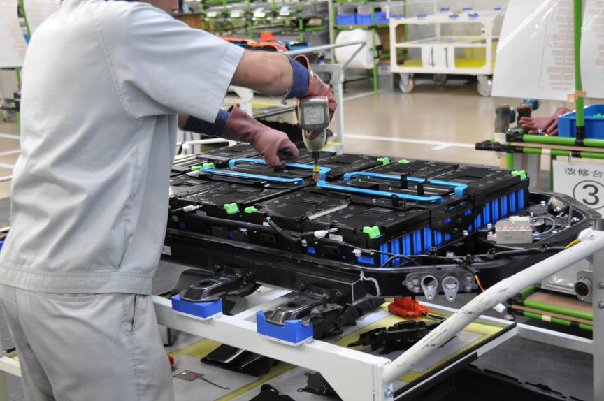 電池パックの解体作業が始まる。カバーを外し、電池モジュールをつなぐ金属板を外し