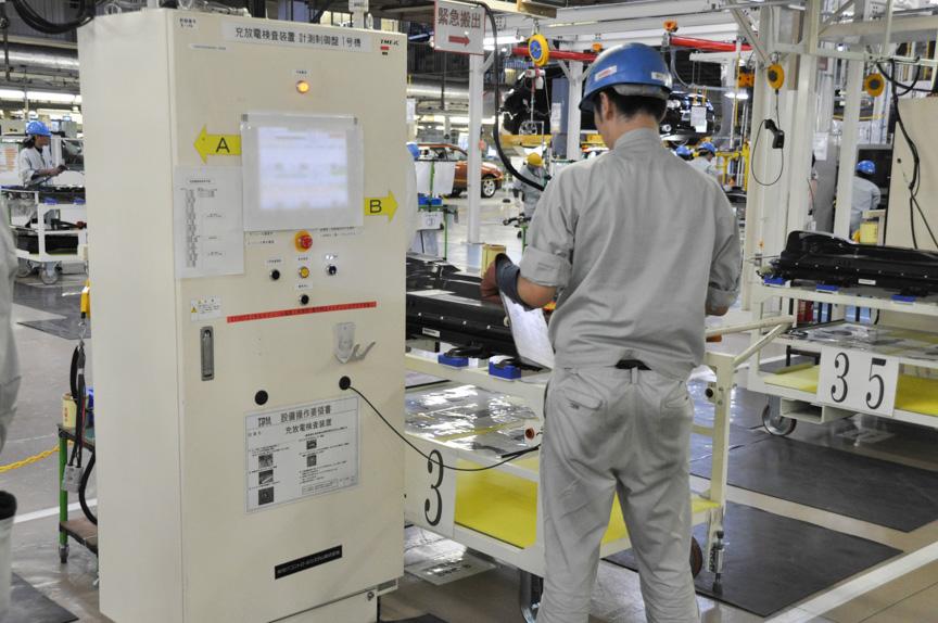 充電検査を実施。画面は見えないようにカバーが取り付けられていた。充放電チェックの電圧や電流は秘密とのこと