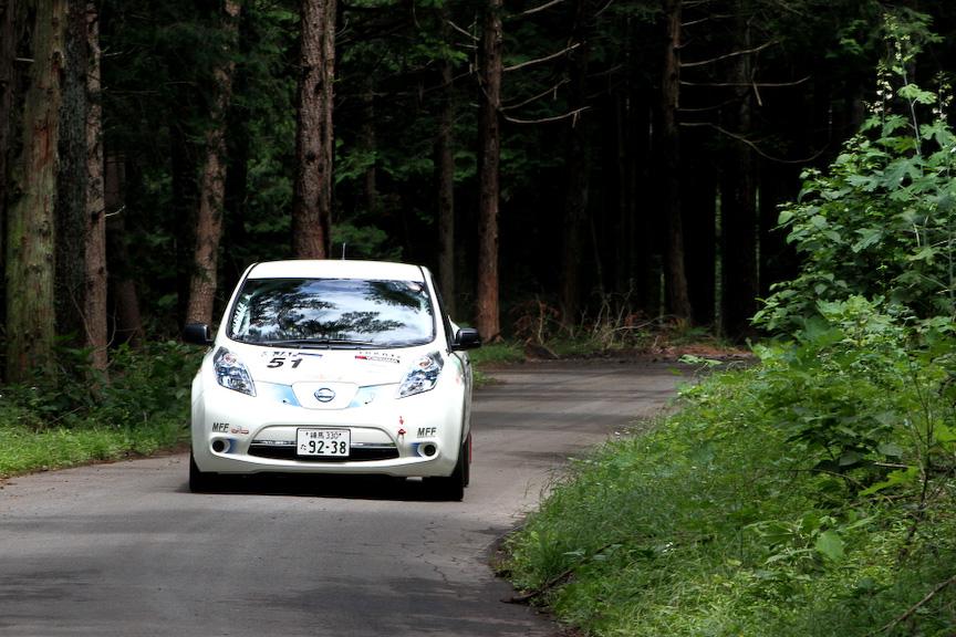 全日本ラリーのイノベーションクラスには自動車評論家の国沢光宏氏が日産の電気自動車(EV)「リーフ」で参戦。EVが全日本ラリーを走るのは初めて。充電の問題ですべてのステージを全開でアタックすることはできなかったようだが、ギャラリーステージのSSでは好タイムをマークしていた