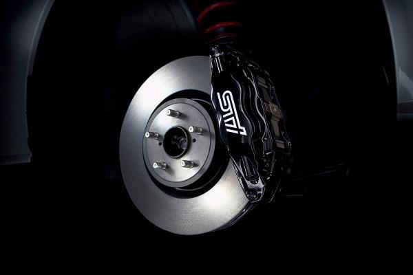 ブレンボ製17インチ対向4ピストンフロントベンチレーテッドディスクブレーキ(STIロゴ入り)