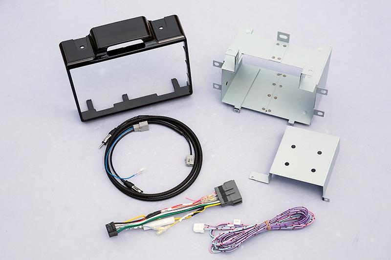 N BOX専用取り付けキット「NKTH-NB」。モニター周囲のカバーやハーネス、取り付け金具などすべてセットになっている