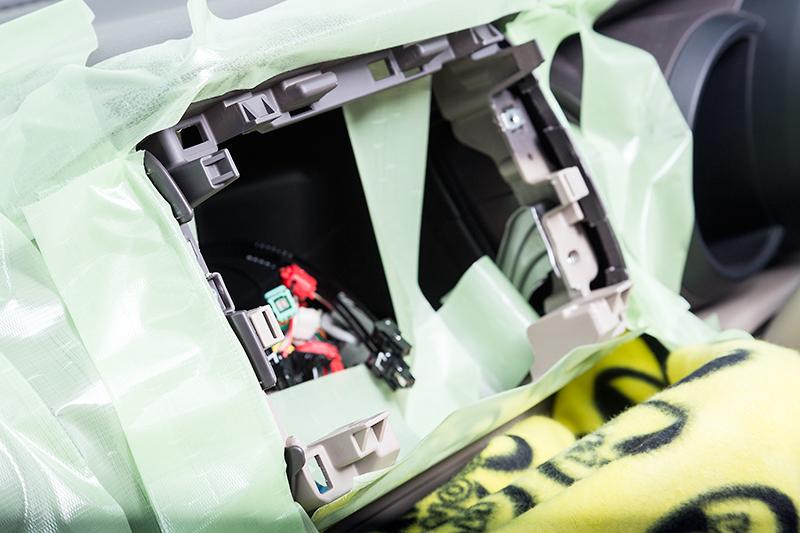 専用取り付けキットを装着するにはパネルを一部加工する必要がある。購入先の販売店などで取り付け作業を行ってもらうのがよいだろう