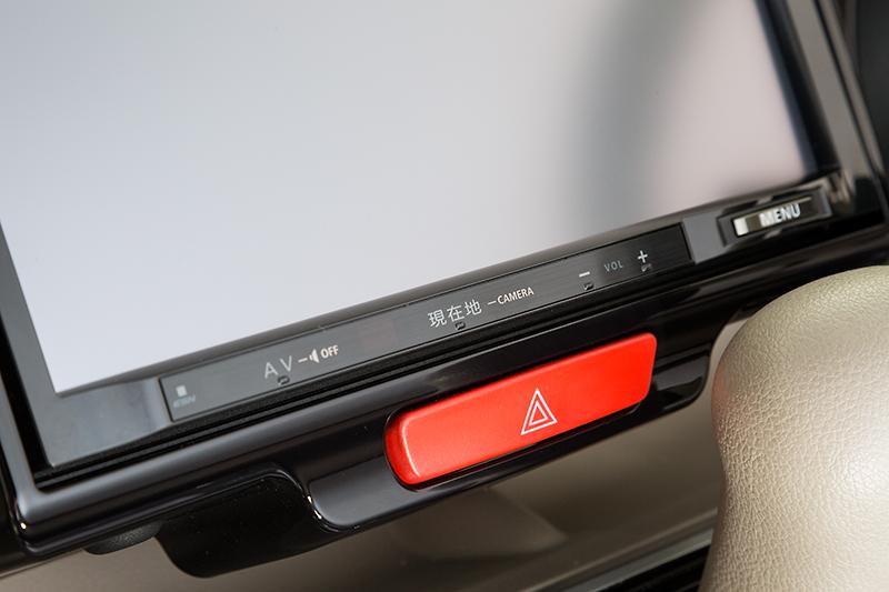 ハザードスイッチまわりの仕上がり状態。ハザードスイッチは純正のスイッチをそのまま使うよう工夫されている