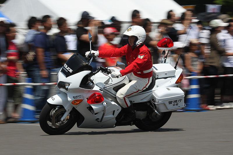 警視庁女性白バイ隊「クイーンスターズ」によるデモ走行。白バイによる優雅な走行デモを披露した