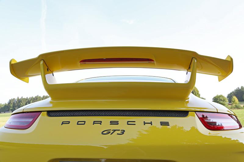 911 GT3のボディーサイズは4545×1852×1269mm(全長×全幅×全高)、ホイールベース2457mm、Cd値は0.33。トランスミッションは7速デュアルクラッチトランスミッション「PDK」のみの設定となった。最高速は315km/h、0-100km/h加速は3.5秒