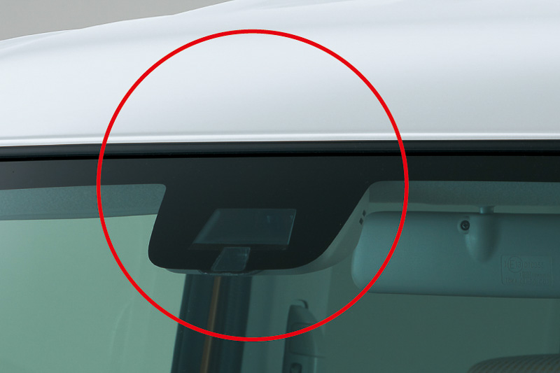 レーザーレーダーが前方の車両を感知し、「衝突被害軽減ブレーキ」で約5km/h~約30km/h走行時に追突事故のダメージを軽減してくれる
