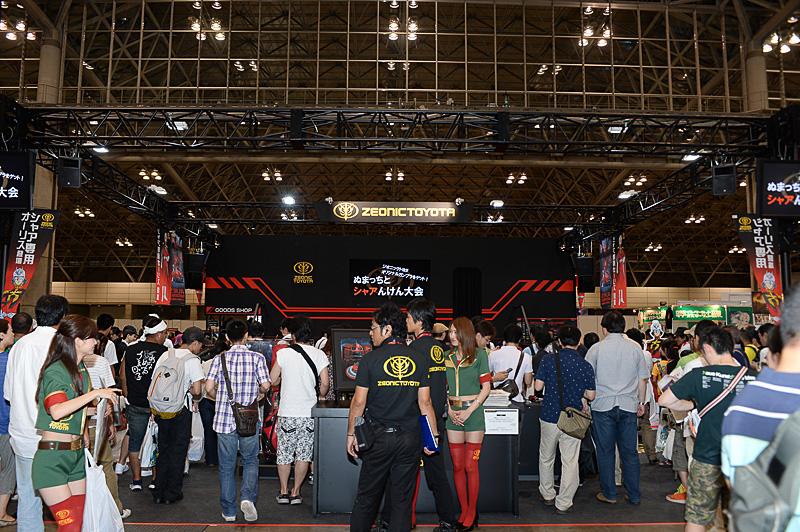 ブース内のステージでは、ぬまっちとのシャアけん大会も実施。ジオニックトヨタオリジナルガンプラがもらえる