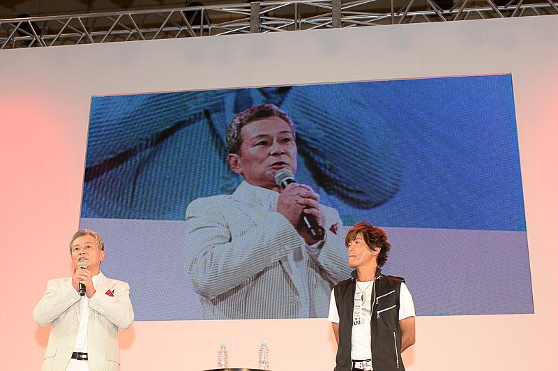 メインステージのトークイベント「ジオニックトヨタ スペシャルトークショー」に登壇したシャア・アズナブル役を務める池田秀一さん(左)と、アムロ・レイ役を務める古谷徹(右)さん