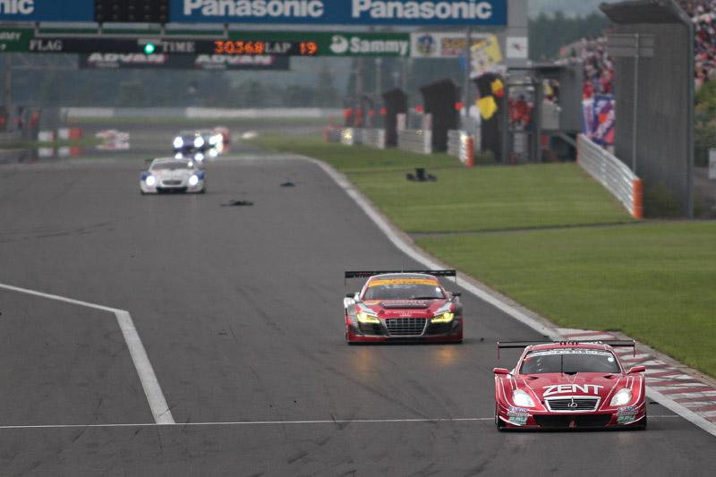 ストレートに破片が散乱するセーフティカー導入直前のメインストレート。38号車は4.3秒差で独走していた