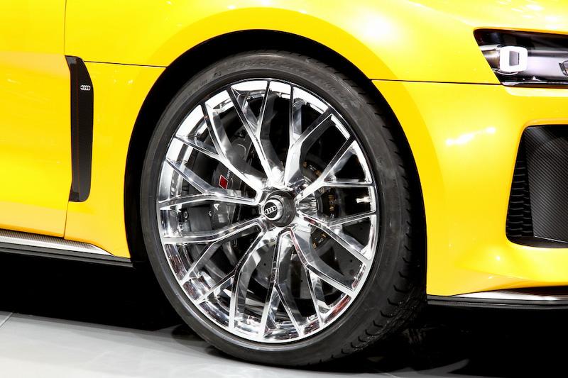 スポーツクワトロコンセプトのボディーサイズは4602×1964×1386mm(全長×全幅×全高)、ホイールベース2784mm。シャシーやボディーパネルはアウディの軽量化技術が導入されていて、ドアとフェンダーはアルミ製、ルーフとエンジンフード、リアハッチなどはカーボン製。そのほかもアルミと高張力鋼板を統合した軽量部材を用いることで、車重を1850kgに抑えている
