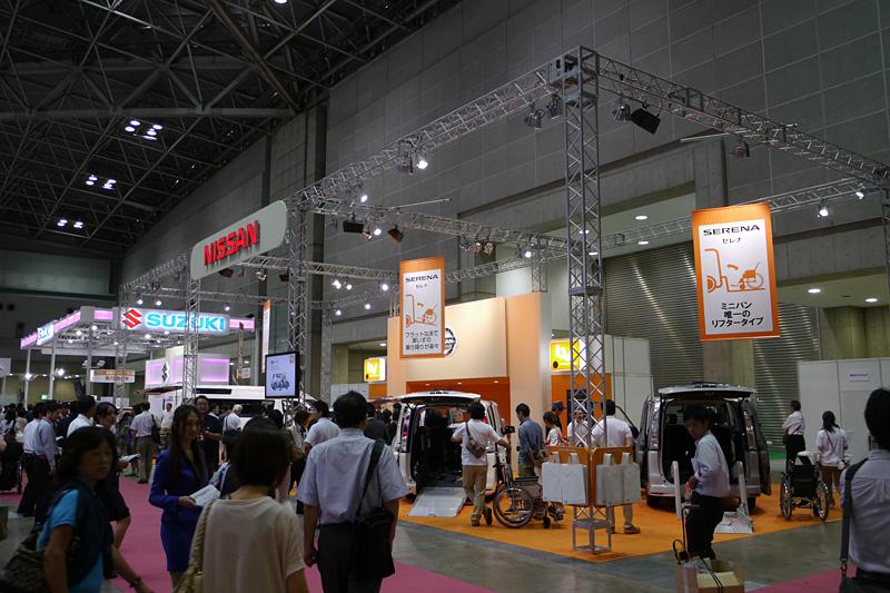 日産ブースではセレナ、デイズ、NV350、NV200の福祉車両仕様車を展示していた