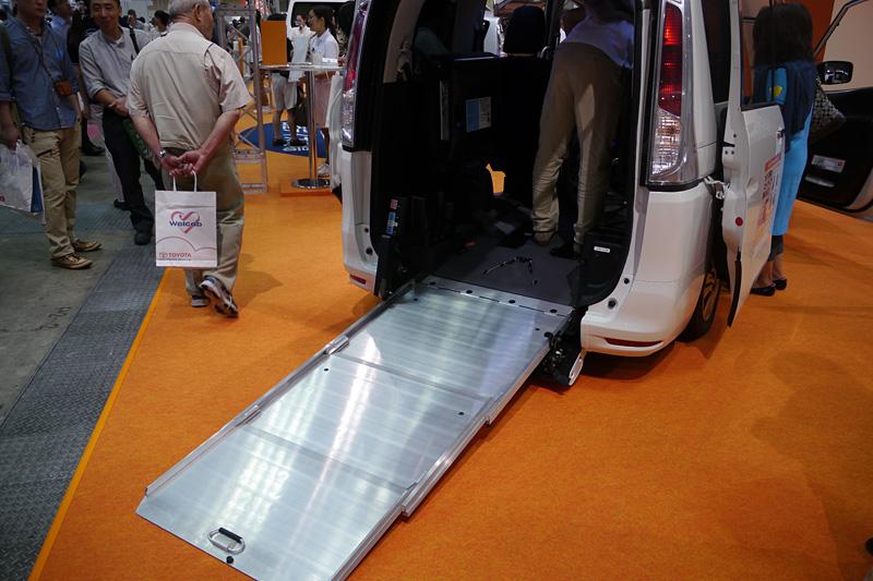 セレナ チェアキャブのスロープタイプ。後部座席の仕様を3タイプから選ぶことが可能で、最大2脚までの車イスを搭載できる