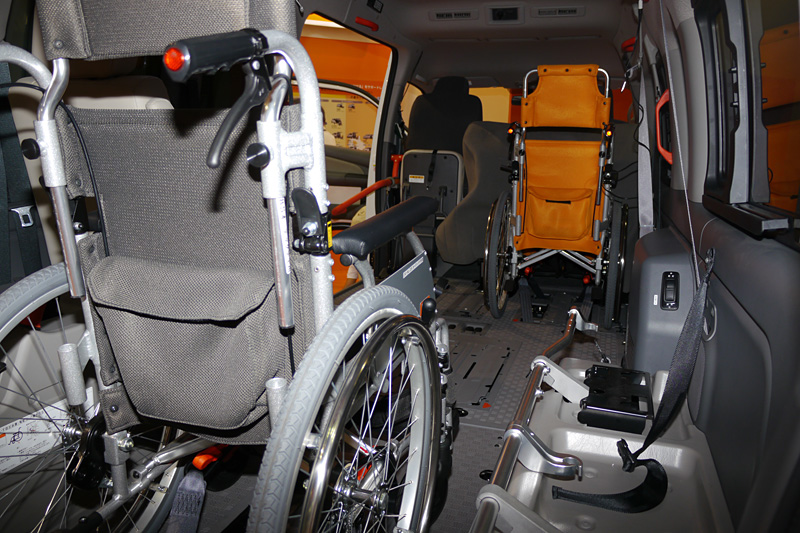 NV350 キャラバン チェアキャブ。リフトを搭載し、最大4脚の車イスを乗せられる