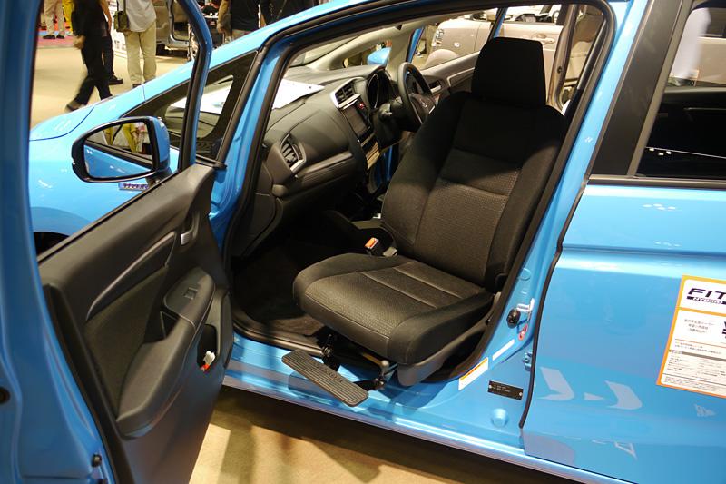 フィット ハイブリッド 助手席回転シート車。アクセル・ブレーキ操作が可能な「テックマチック Dタイプ装着車」(参考出品)としても展示されていた