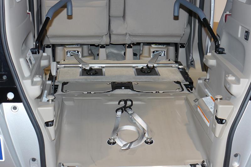 こちらはN BOX+ 車いす仕様車。初めから車いすを載せることを前提とした車両で、後部座席は取り外してある。前出のキットでは後部座席を格納状態にしてその上に車いすを固定するため、車いすはつま先上がりでやや後ろに傾く。こちらは最初から後部座席がないぶん、より水平に近い状態で車いすを固定できる