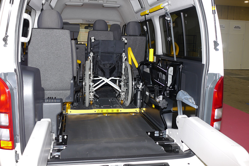 ハイエース 車いす仕様車 Bタイプ ロングボディー。リフトを搭載