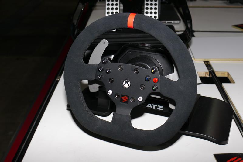 マッドキャッツが参考出品していたXbox One対応の「フォースフィードバック レーシングホイール for Xbox One」
