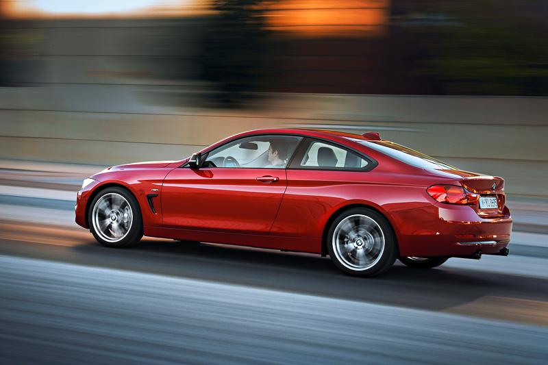 約50:50の前後重量配分を実現し、BMW現行モデルで最も低い重心位置としてドライビング・ダイナミクスを高めている