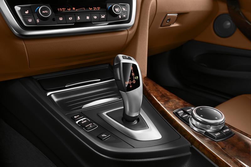 ステップトロニック付きの8速スポーツATはステアリングに装着されたシフトパドルでも操作可能