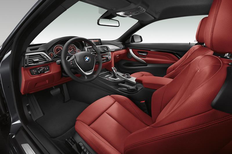 フロントシートは全車で電動式を採用。運転席メモリー機能、後席へのコンフォート・エントリー機能などを備える