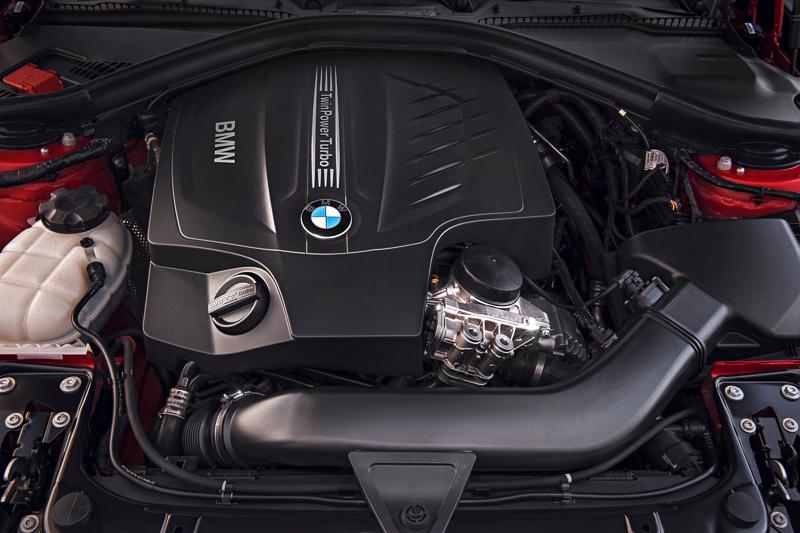 写真は435iシリーズに搭載する直列6気筒DOHC 3.0リッターツインパワーターボエンジン。225kW(306PS)/400Nm(40.8kgm)を発生する。428iシリーズの直列6気筒DOHC 2.0リッターツインパワーターボエンジンでは180kW(245PS)/350Nm(35.7kgm)となる