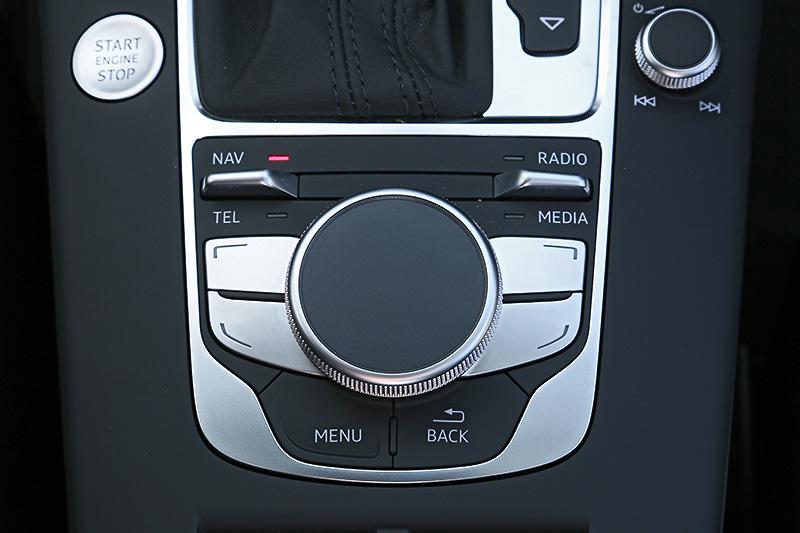 画面はタッチパネルではなく、操作はすべてMMI(マルチメディアインターフェイス)のダイヤルとボタンで行う