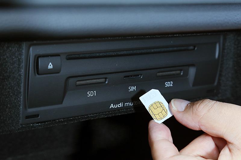 SIMは標準サイズで、グローブボックス内から簡単に抜き差しが可能だ