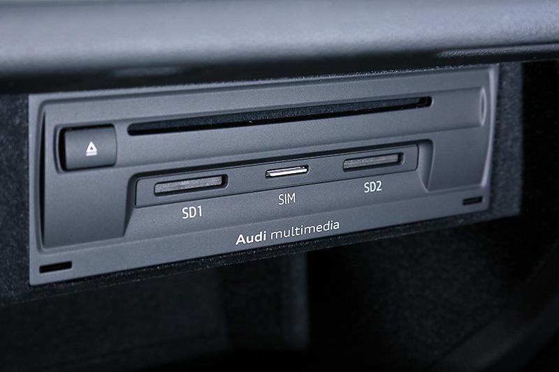 グローブボックス内のユニットは、DVD/CDドライブ、SDカード、SIMカードスロットがある