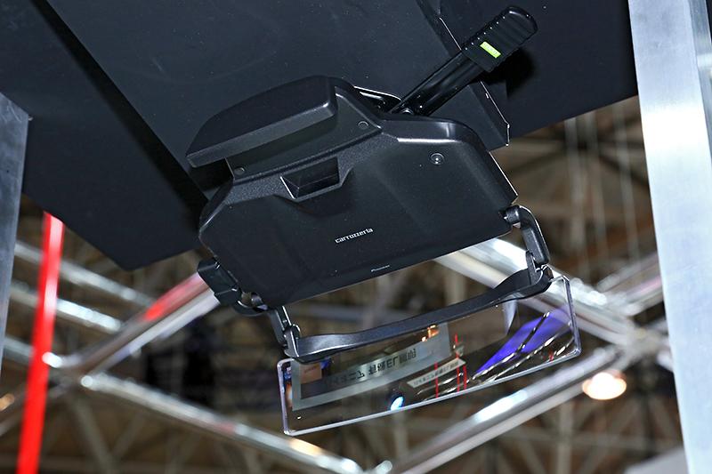 楽ナビ用HUD「ND-HUD10」。サイバーナビ用より小型化され、装着もサンバイザーに挟み込むだけになった