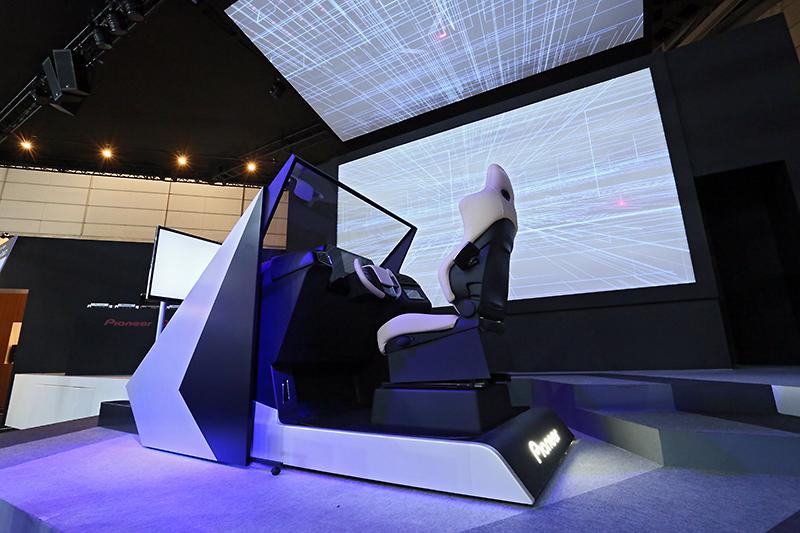 メインステージに置かれるIVIコンセプト。ドライバーの眼球位置や視線方向を認識してHUDの表示位置の変更を行うセンシング技術なども搭載される