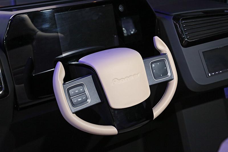 ステアリングから手を離さずに操作を可能にする触覚フィードバック付デバイスを搭載