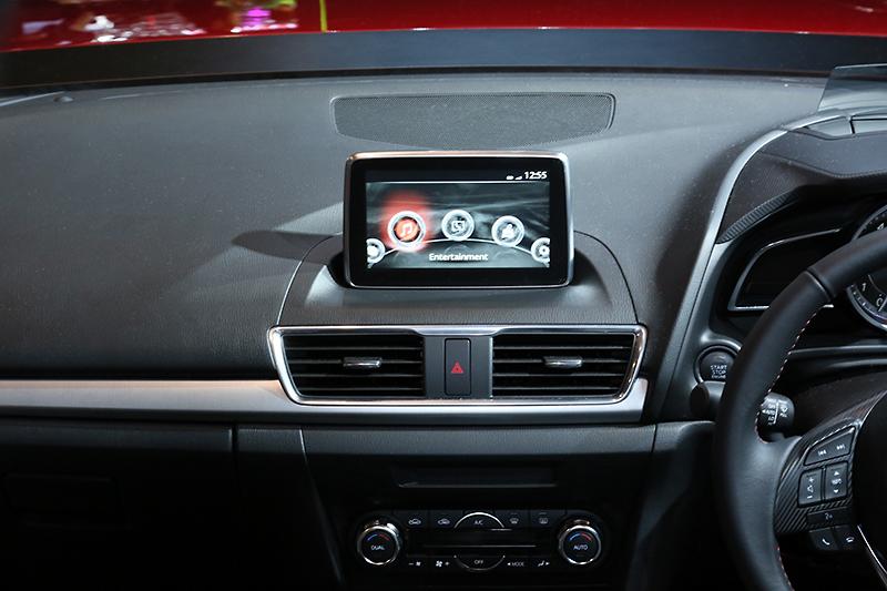 インパネ上に設置された7インチディスプレイの「Mazda Connect」