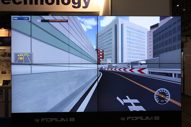 大型スクリーンを4枚備えるシミュレーター。DSRCを使ったITS情報を体験しつつ、運転操作について診断できる