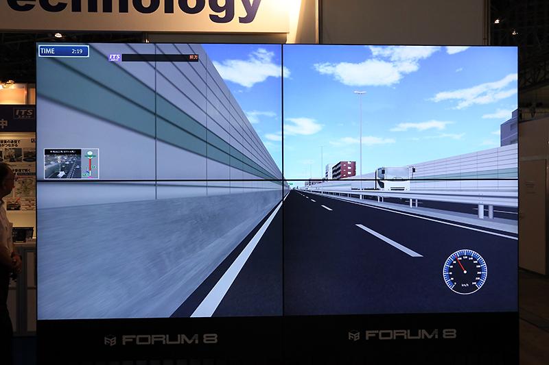 このシステムは4枚の画面それぞれに専用PCを使い、計4台のPCで描画しているとか。各スクリーンはフルHDなので4kディスプレイ相当だ