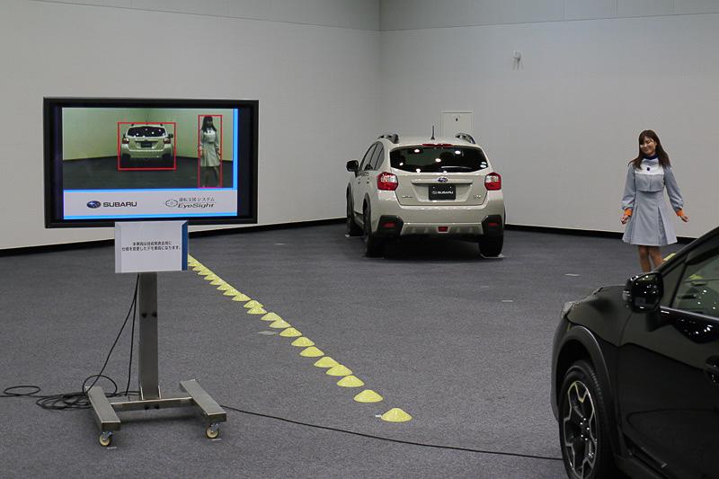 次世代アイサイトのデモ車も公開された。先行車と人間の動きを同時に認識
