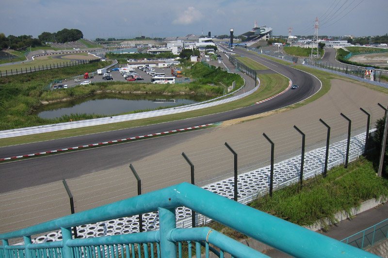 B2席中2階右端から見た1コーナー、ストレート方向。ピットロード、最終コーナー立ち上がりまで視界に入る