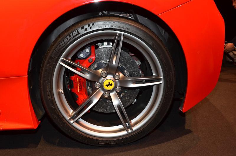 カーボンセラミックブレーキシステムを搭載。タイヤサイズはフロントが245/35 ZR20、リアが305/30 ZR20