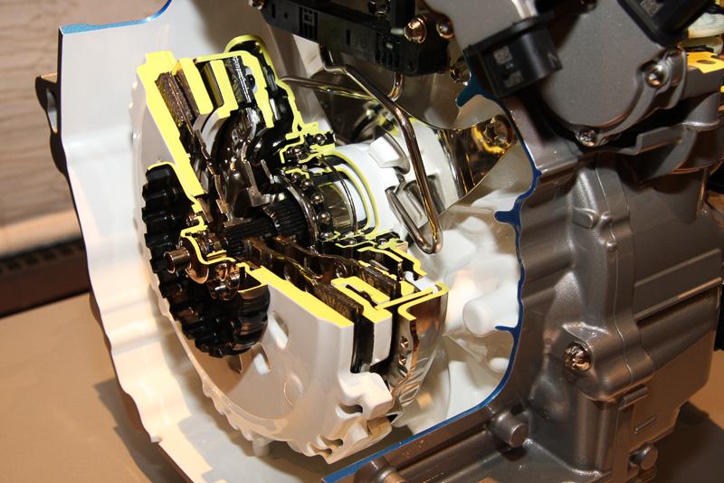 乾式デュアルクラッチとクラッチダンパーなどの内部構造